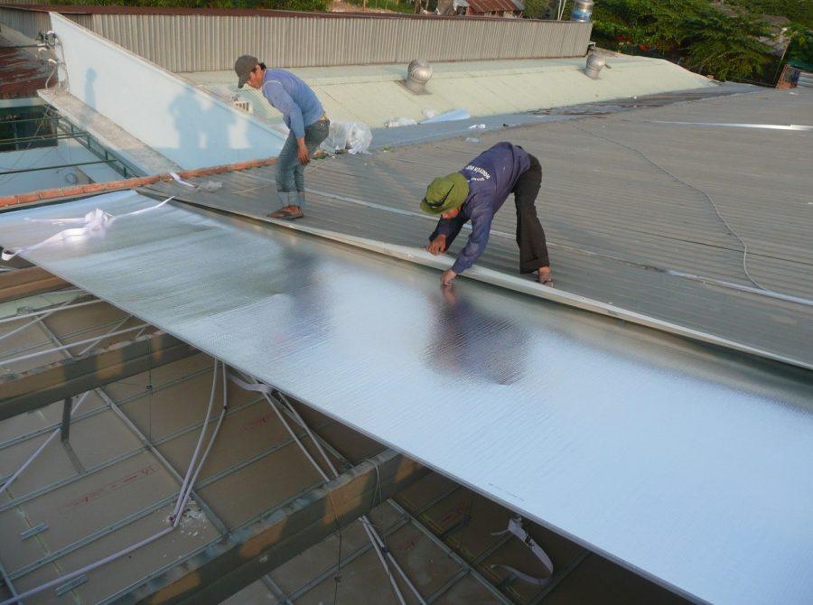 thi công tấm cách nhiệt cát tường trên mái nhà